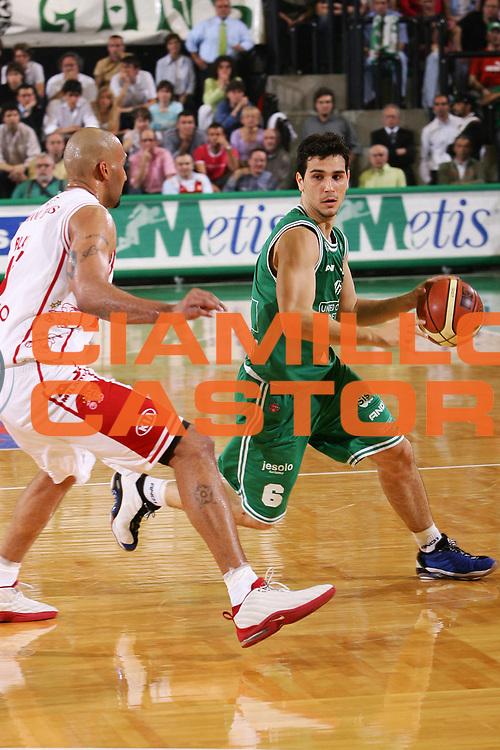DESCRIZIONE : Treviso Lega A1 2005-06 Play Off Quarti Finale Gara 5 Benetton Treviso Armani Jeans Olimpia Milano <br /> GIOCATORE : Zisis <br /> SQUADRA : Benetton Treviso <br /> EVENTO : Campionato Lega A1 2005-2006 Play Off Quarti Finale Gara 5 <br /> GARA : Benetton Treviso Armani Jeans Olimpia Milano <br /> DATA : 27/05/2006 <br /> CATEGORIA : Palleggio <br /> SPORT : Pallacanestro <br /> AUTORE : Agenzia Ciamillo-Castoria/S.Silvestri