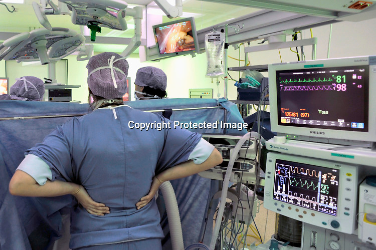 Nederland, Nijmegen, 2-2-2015Een operatie met behulp van scopen, laparoscopen in de nieuwe en state of the art operatieafdeling van het umc radboud. Het groene omgevingslicht zorgt voor een goed zicht op de beeldschermen waarop de ingreep gevolgd wordt. NIET GEBRUIKEN BIJ ARTIKELEN OVER FRAUDE OF FOUTEN IN DE ZORG.Foto: Flip Franssen