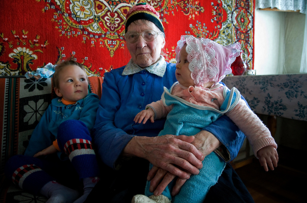 Vassily's family..Vassily has replaced his father as head of the community. They thought about going to Russia but, due to the old age of Michail and his wife, Vassily's parents, they have decided to stay.  Only elderly people can be sure of getting some revenue if moving to Russia as the Russian governement will give them a pension. But for the younger ones, they do not know if they will be able to find a job..Famille de Vassily.Vassily a remplace son pere en tant que chef de la communaute. Ils ont pense a un moment eux-aussi partir mais du a l'age avance du pere et de la mere de Vassily, ils ont finalement decide de rester. En Russie, seuls les Doukhobors ages sont surs d'avoir des revenus car une retraite leur est verse. Quant aux jeunes, ils partent sans savoir s'ils trouveront du travail.