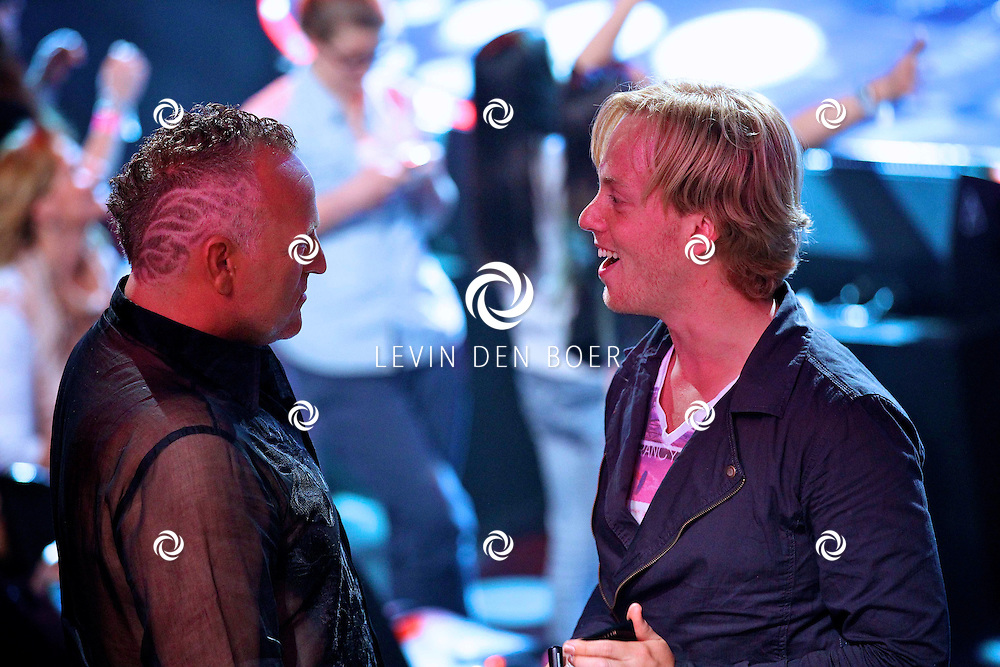 HILVERSUM - In studio 22 is de 2e liveshows begonnen van Hollands Got Talent.  Met op de foto visagist Remko Harms die Gordon een poedertje geeft. FOTO LEVIN DEN BOER - PERSFOTO.NU