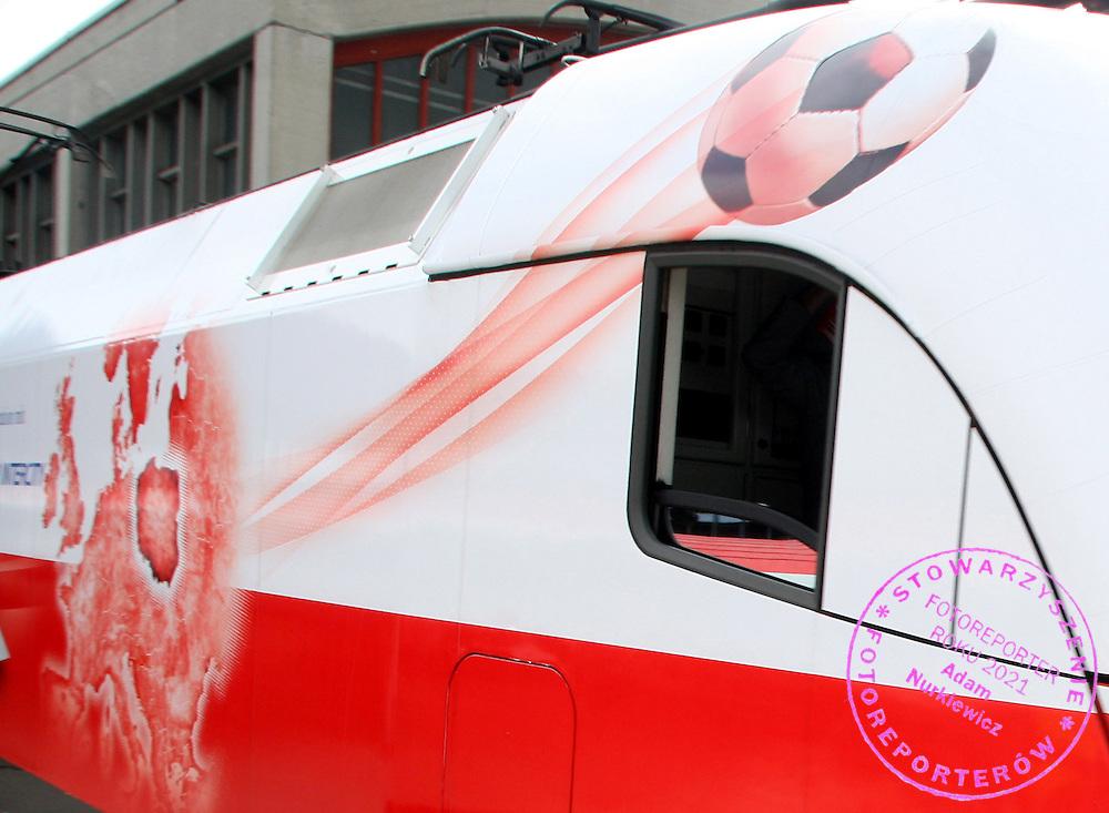 GEPA-1804081328 - WIEN,AUSTRIA,18.APR.08 - FUSSBALL - UEFA Europameisterschaft, EURO 2008, Taufe der EURO-Lokomotive im Polen-Design. Bild zeigt einen Ball auf der Taurus EURO Lok. Foto: GEPA pictures/ Guenter R. Artinger.FOT. GEPA / WROFOTO.*** POLAND ONLY !!! ***