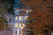 Häuser am Kurpark bei Dämmerung, Bad Schandau, Sächsische Schweiz, Elbsandsteingebirge, Sachsen, Deutschland   spa gardens at dusk, Bad Schandau, Saxon Switzerland, Saxony, Germany