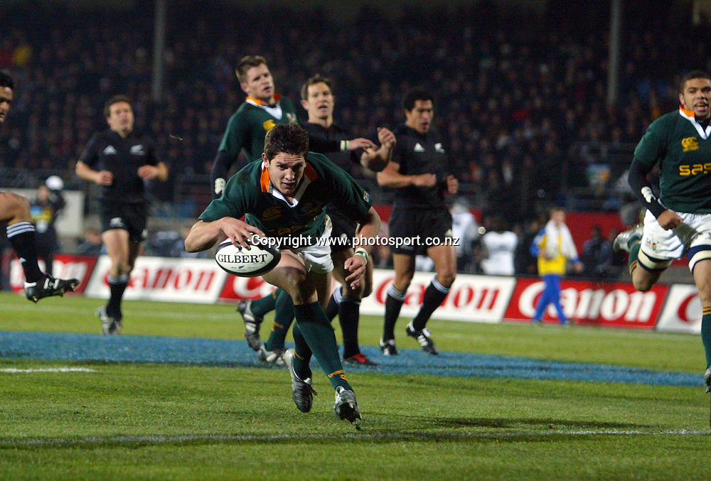 Jaque Fourie scores for South Africa during the Tri Nations rugby test match between the All Blacks and South Africa at Carisbrook, Dunedin, New Zealand on Saturday 27 August, 2005. The All Blacks won the match, 31 - 27. Photo: Hannah Johnston/PHOTOSPORT<br /><br /><br />132871