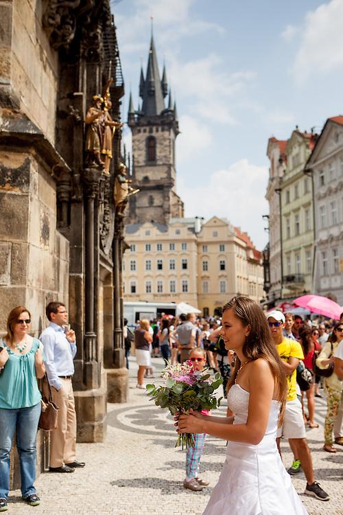 Eine russische Braut unter der Astronomischen Uhr auf dem , Altstaedter Ring in Prag.