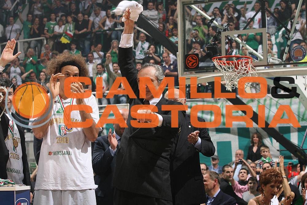 DESCRIZIONE : Siena Lega A1 2007-08 Playoff Finale Gara 5 Montepaschi Siena Lottomatica Virtus Roma <br /> GIOCATORE : Ferdinando Minucci Palco Premiazione<br /> SQUADRA : Montepaschi Siena<br /> EVENTO : Campionato Lega A1 2007-2008 <br /> GARA : Montepaschi Siena Lottomatica Virtus Roma<br /> DATA : 12/06/2008 <br /> CATEGORIA : Esultanza<br /> SPORT : Pallacanestro <br /> AUTORE : Agenzia Ciamillo-Castoria/M.Marchi