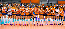 24-08-2017 NED: World Qualifications Netherlands - Czech Republic, Rotterdam<br /> Line up Oranje Nederland hand in hand