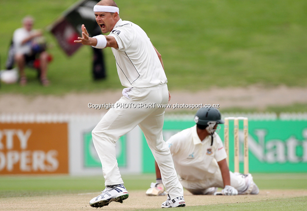 Chris Martin appeals unsuccessfully for a LBW decision on Tamim Iqbal Khan.<br />