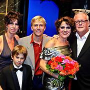 NLD/Amsterdam/200801010 - Premiere Sunset Boulevard, Anthonie kamerling met partner isa Hoes en zoon Merlijn, Simone Kleinsma en partner Guus Verstreate