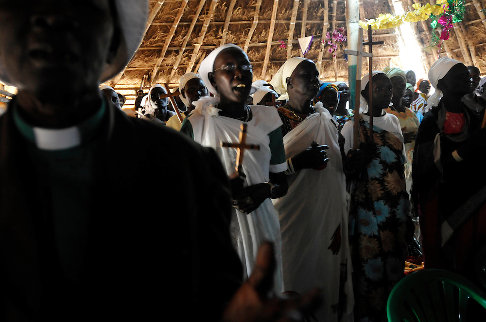 Church goers sing and pray at a Sunday service in a neighborhood church..Yei, South Sudan. 26/06/2011..Photo © J.B. Russell