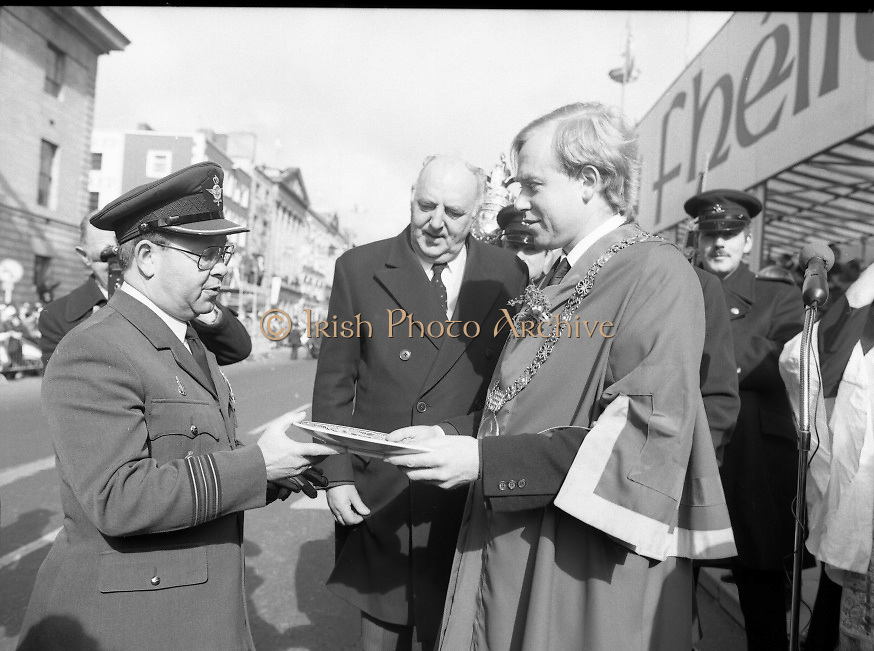 St Patrick's Day Parade.1982.17/03/1982.03.17.1982.17th March 1982..A presentation plate to commorate the day is give to the lord Mayor, Ald Fitzgerald