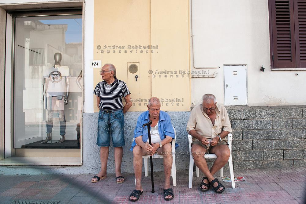 Strada Statale Jonica, 03/07/2017: anziani lungo la SS 106.<br /> &copy; Andrea Sabbadini