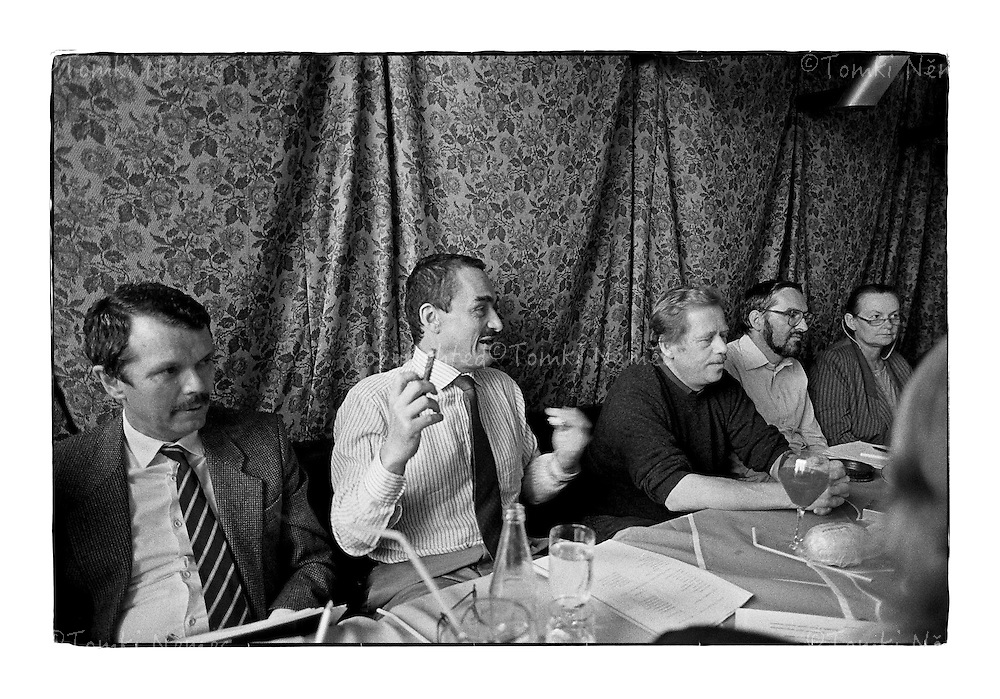 *En_Cechoslovakia, 1990, Prague Castle - Meeting with President Havel and advisers                                        *Cz_Porada