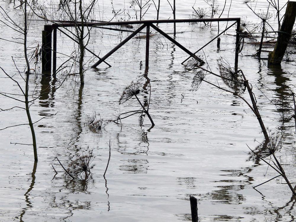 EN&gt; The gate of a field flooded by the Rhine in Doorwerth |<br /> SP&gt; La puerta de una cerca de un campo inundado por el Rin en Doorwerth