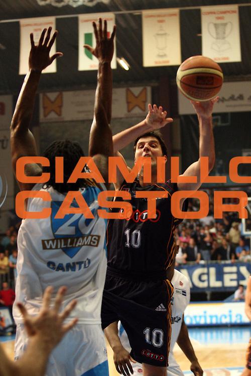 DESCRIZIONE : Cantu Lega A1 2006-07 Tisettanta Cantu Lottomatica Roma<br /> GIOCATORE : Bodiroga<br /> SQUADRA : Lottomatica Roma<br /> EVENTO : Campionato Lega A1 2006-2007<br /> GARA : Tisettanta Cantu Lottomatica Roma<br /> DATA : 19/04/2007<br /> CATEGORIA : Tiro<br /> SPORT : Pallacanestro<br /> AUTORE : Agenzia Ciamillo-Castoria/S.Ceretti<br /> Galleria : Lega Basket A1 2006-2007<br /> Fotonotizia : Cantu Campionato Italiano Lega A1 2006-2007 Tisettanta Cantu Lottomatica Roma<br /> Predefinita :