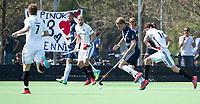 AMSTELVEEN -  Hockey Hoofdklasse heren Pinoke-Amsterdam (3-6).  Dennis Warmerdam (Pinoke) , die  vanwege kanker en een tumor in zijn arm, zijn hockeycarrière moet beëindigen ,met Justin Reid-Ross.   .  COPYRIGHT KOEN SUYK