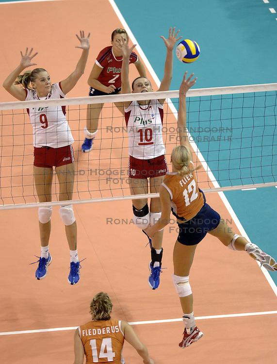 26-09-2006 VOLLEYBAL: KWALI WGP2007: NEDERLAND - POLEN: VARNA<br /> De Nederlandse volleybalsters hebben hun eerste wedstrijd van het kwalificatietoernooi voor de Grand Prix gewonnen. Nederland vocht zich tegen Polen knap terug van een 2-0-achterstand in sets en versloegen de Poolse vrouwen met 3-2 (28-30 22-25 25-22 28-26 15-10) / Joanna Mirek<br /> &copy;2006-WWW.FOTOHOOGENDOORN.NL