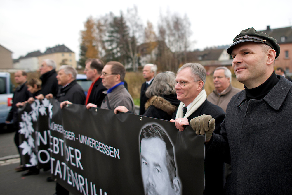 Wunsiedel | 14.11.2009:  Ca. 800 Personen aus dem Umfeld der NPD und der Freien Kameradschaften nehmen an einem Trauermarsch f&uuml;r den verstorbenen NPD-Vize J&uuml;rgen Rieger teil.<br /> <br /> hier:  Der Rieger Intimus und Mitglied des NPD Vorstandes Thomas &quot;Steiner&quot; Wulff (r), der NPD Vorsitzende Udo Voigt (4vl), Frank Schwerdt (3vl) und Klaus Beier (vl)<br /> <br /> &copy; Sascha Rheker <br /> 20091114<br /> <br /> [Inhaltsveraendernde Manipulation des Fotos nur nach ausdruecklicher Genehmigung des Fotografen. Vereinbarungen ueber Abtretung von Persoenlichkeitsrechten/Model Release der abgebildeten Person/Personen liegt/liegen nicht vor.]