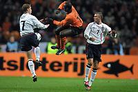 Fotball: Nederland mot England. 13.02.2002. Nicky Butt og David Beckham fra England og Manchester United og Jerrel Hasselbaink fra Nederland.<br />Foto: Stanley Gontha, Digitalsport