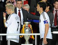 FUSSBALL EUROPAMEISTERSCHAFT 2008 Finale    Deutschland - Spanien    29.06.2008 Bastian Schweinsteiger (li.) und Michael Ballack (beide Deutschland) gehen nach der 0:1 Niederlage am EM Pokal vorbei.