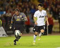 FUSSBALL  INTERNATIONAL Testspiel 2012/2013  08.08.2012 Manchester United  - FC Barcelona  Shinji Kagawa (re, Manchester United FC) gegen Torwart Jose Pinto (Barca)