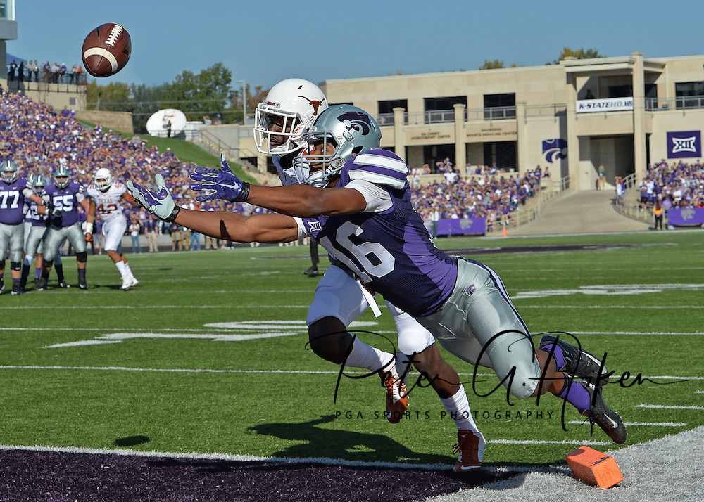 Wide receiver Tyler Lockett #16 of the Kansas State Wildcats makes a diving attempt for a pass against defensive back Duke Thomas #21 of the Texas Longhorns during the first half at Bill Snyder Family Stadium in Manhattan, Kansas.