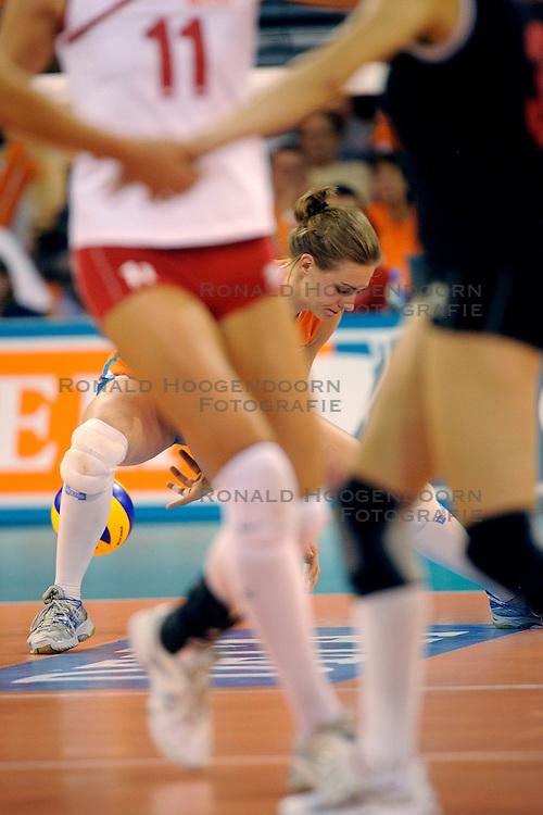 20-09-2009 VOLLEYBAL: DELA TROPHY NEDERLAND - TURKIJE: EINDHOVEN<br /> Nederland ook de tweede wedstrijd van Turkije maar ditmaal iets moeizamer 3 -2 / Caroline Wensink<br /> &copy;2009-WWW.FOTOHOOGENDOORN.NL