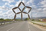 Stella d'ingresso al Belice &egrave; un'istallazione in acciaio inox di Pietro Consagra eretta sulla strada che conduce alla citt&agrave; di Gibellina Nuova.<br /> Consagra's gate at Gibellina, Sicily