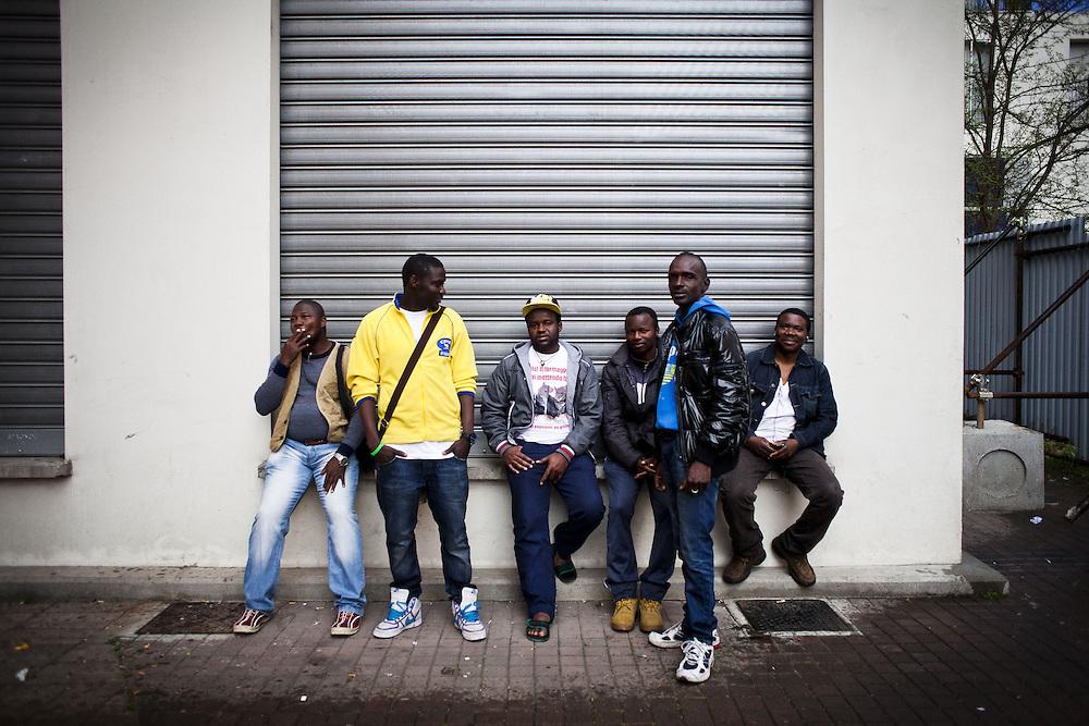 Ritratto di migranti. Esterno ex palazzine olimpiche.