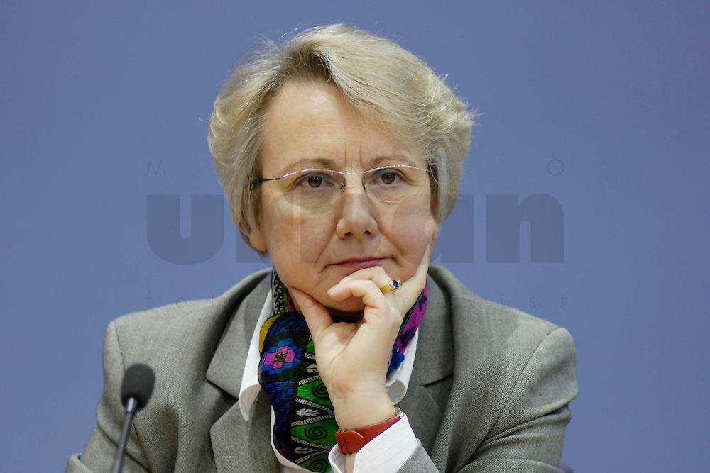 21 FEB 2006, BERLIN/GERMANY:<br /> Annette Schavan, CDU, Bundesministerin f&uuml;r Bildung und Forschung, waehrend einer Pressekonefernz zum Bericht des UN-Sonderberichterstatters, Bundespressekoneferenz <br /> IMAGE: 20060221-02-026