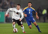Fussball           EM Qualifikation        17.11.07 Deutschland - Zypern Piotr TROCHOWSKI (li, GER), Einzelaktion am Ball. Daneben Ioannis OKKAS (re, CYP).