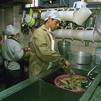 Lerma, Méx.- Internos en el Centro de Readaptación Social de Lerma preparan desde temprana hora sopa de pasta y pollo empanizado para celebrar la cena de noche buena. Agencia MVT / Mario Vázquez de la Torre.