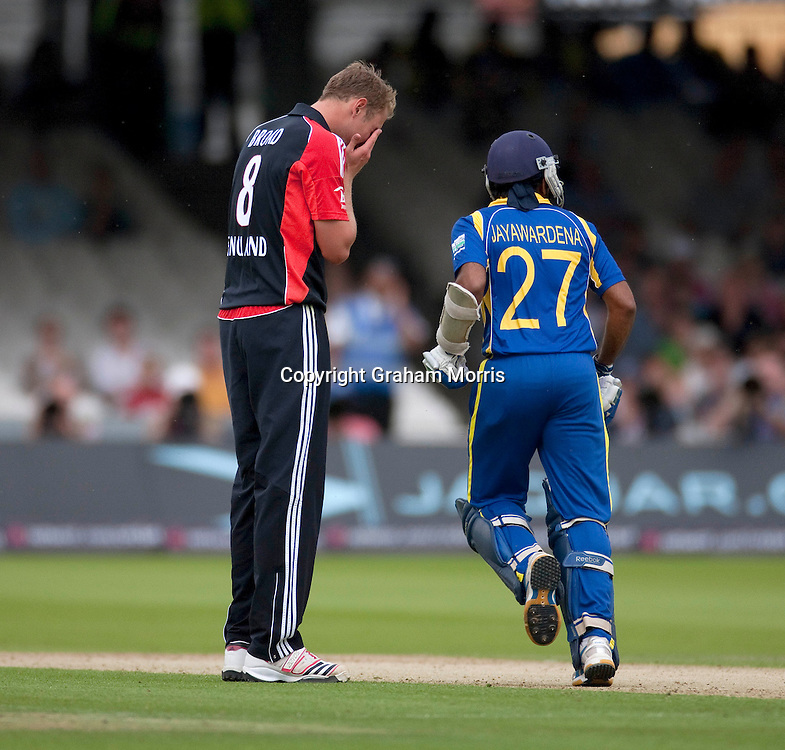 Bowler Stuart Broad is frustrated by Mahela Jayawardene during the third one day international between England and Sri Lanka at Lord's, London. Photo: Graham Morris (Tel: +44(0)20 8969 4192 Email: sales@cricketpix.com) 03/07/11