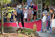 21-5-2015 BAARN - Koning Willem Alexander verricht donderdag 21 mei in Baarn de offici&euml;le opening van de nieuwbouw van De Nieuwe Baarnsche school (NBS). De NBS is een basisschool voor algemeen bijzonder onderwijs. COPYRIGHT ROBIN UTRECHT<br /> 21-5-2015 BAARN - King Willem Alexander made Thursday, May 21 in Baarn the official opening of the new building of the New Baarnsche School (NBS). The NBS is a primary school for general special education. COPYRIGHT ROBIN UTRECHT