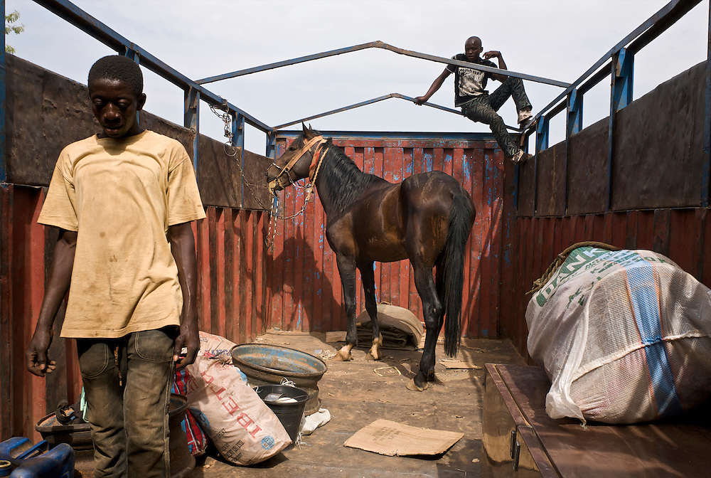 Danda in the truck to Djougou.<br />  <br /> Danda est dans le camion qui va le transporter jusqu'&agrave; Djougou.