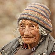 Grand-m&egrave;re Ladakhi, Leh, Inde 2010.<br /> <br /> L'esp&eacute;rance de vie moyenne est de 42 ans dans les villages isol&eacute;s du Ladakh, mais l'air de la montagne et l'hygi&egrave;ne de vie des Ladakhis est tel qu'il n'est pas rare de croiser des grands-m&egrave;res au visage burin&eacute; et entaill&eacute; par les rides.