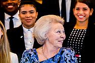 ORANJESTAD - Prinses Beatrix poseert met het Arubaanse Jeugdparlement tijdens een werkbezoek aan de Antillen. ANP ROYAL IMAGES ROBIN UTRECHT NETHERLANDS ONLY !