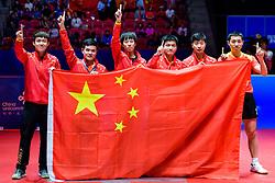 May 6, 2018 - Halmstad, SVERIGE - 180506 Kinas lag jublar med flagga efter vinsten i herrarnas final mellan Tyskland och Kina under dag 8 av Lag-VM i Bordtennis den 6 maj 2018 i Halmstad  (Credit Image: © Carl Sandin/Bildbyran via ZUMA Press)