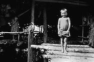 """Este pueblo indígena es conocido por construir """"palafitos"""",  hogares suspendidos sobre las aguas  para compensar los cambios de marea que vienen del mar del Caribe. Durante los años recientes conviven con la exploración petrolífera, el tráfico de drogas y la actividad turistica que se lleva a  cabo en la zona, en la que habitan desde hace por lo menos 8.000 años. Venezuela,  1994. (Ramon Lepage / Orinoquiaphoto).  This ethnic group of the east of the country, that counted in 2001 with approximate 36.000 inhabitants, constructs their homes suspended on waters to compensate the changes of tide that come from the Caribbean sea. During the recent years they coexist with the petroliferous exploration, the drug traffic and the tourist activity that  are carried out in the zone, in which they have been living for at least 8,000 years. Venezuela, 1994. (Ramon Lepage/Orinoquiaphoto).."""