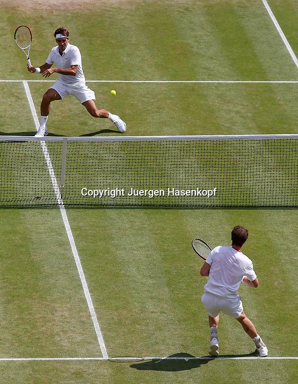 """Wimbledon Championships 2012 AELTC,London,.ITF Grand Slam Tennis Tournament, Herren Finale,Endspiel,Centre Court Uebersicht von oben,Roger Federer (SUI) steht hinten im Halbfeld und duckt sich weg, vorne am Netz steht Andy Murray (GBR) der ihn """"abschiesst"""",.Hochformat,Spielszene,Technik,."""