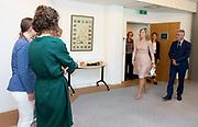 Koningin Maxima tijdens een werkbezoek aan ARQ Nationaal Psychotrauma Centrum. Het expertisecentrum houdt zich bezig met de gevolgen van schokkende gebeurtenissen en psychotrauma.<br /> <br /> Queen Maxima during a working visit to ARQ National Psychotrauma Center. The expertise center deals with the consequences of shocking events and psychotrauma.