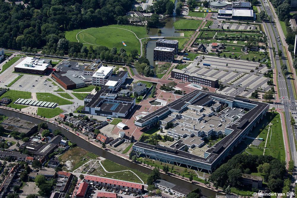 Luchtfoto van de Kenniscampus Leeuwarden met de NHL Hogeschool, Stenden University en het Bewegingscentrum. Op de voorgrond stroomt de Dokkumer Ee, de vaarweg tussen Leeuwarden en Dokkum.