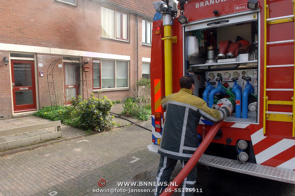 NLD/Huizen/20060424 - Brand in keuken Meerpaal 25 Huizen, rook uit woning