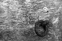 Castro Marina - Salento - Puglia - Quello che resta di una vecchia imbarcazione di salvataggio parcheggiata in un angolo del porto. Si nota la parola PRUA e un anello in metallo dove venivano annodate le cime.