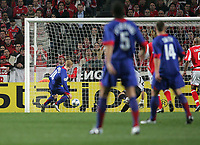 Photo: Lee Earle.<br /> Benfica v Manchester United. UEFA Champions League.<br /> 07/12/2005. United's Paul Scholes (L) scores the opening goal.