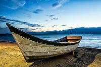 Barco sobre a areia na Praia do Ribeirão da Ilha ao anoitecer. Florianópolis, Santa Catarina, Brasil. / Boat on the sand at Ribeirao da Ilha Beach at dusk. Florianopolis, Santa Catarina, Brazil.