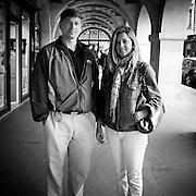 Paris - Place des Vosges - Juin 2012 - Un couple anglais fait la visite des galeries d'art.