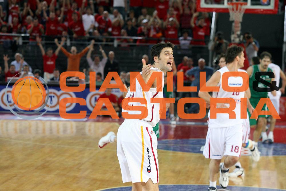 DESCRIZIONE : Roma Lega A1 2005-06 Play Off Quarti Finale Gara 4 Lottomatica Virtus Roma Montepaschi Siena <br />GIOCATORE : Bodiroga<br />SQUADRA : Lottomatica Virtus Roma<br />EVENTO : Campionato Lega A1 2005-2006 Play Off Quarti Finale Gara 4 <br />GARA : Lottomatica Virtus Roma Montepaschi Siena <br />DATA : 25/05/2006 <br />CATEGORIA : Esultanza<br />SPORT : Pallacanestro <br />AUTORE : Agenzia Ciamillo-Castoria/G.Ciamillo