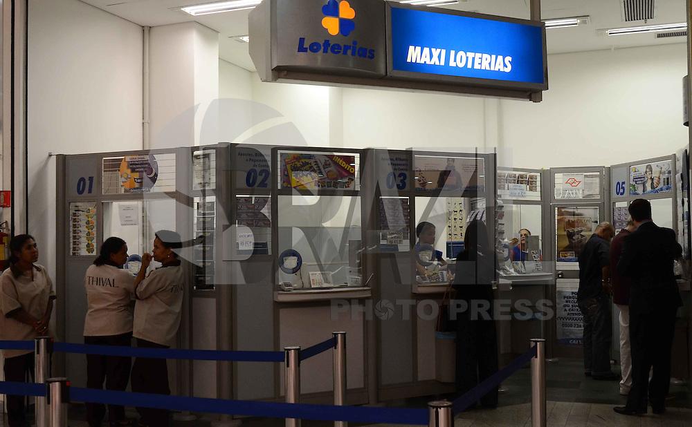 SAO PAULO, 28 DE MARCO DE 2012 - MEGA SENA ACUMULADA - Apostadores em Loterica na região da Avenida Paulista. A Mega Sena pode pagar hoje o premio de 15 milhoes de reais. FOTO: ALEXANDRE MOREIRA - BRAZIL PHOTO PRESS