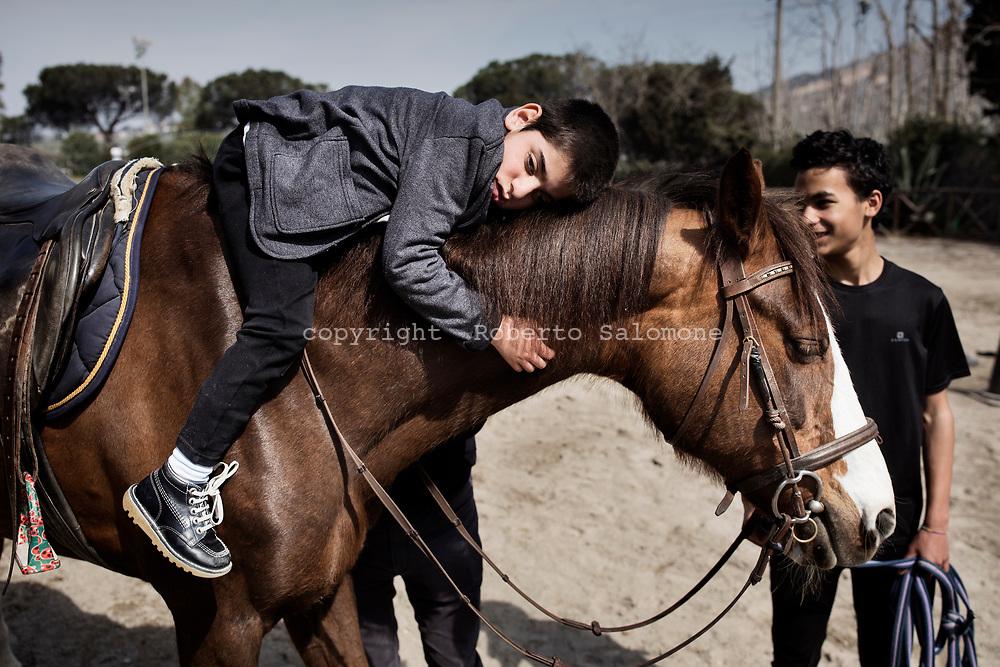 Arco Felice, Italia - Francesco mentre va a cavallo seguito dai suoi isytuttori Alfonso Beatrice e Marika Tramutola. L'esercizio fisico è fondamentale per Francesco.