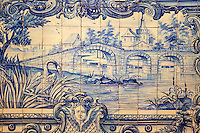 Portugal, Lisbonne, quartier de l'Alfama, monastère de Saint-Vincent de Fora ou Igreja de São Vicente de Fora, azulejos illustrant les Fables de La Fontaine // Portugal, Lisbon, Alfama, St Vincent de Fora monastery, Igreja de São Vicente de Fora, Historical azulejos, the blue-glazed ceramic tile, famous in the area, depict the fables of La Fontaine